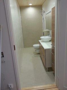 Kylpyhuone siivottu. Vain suihkun lasiseinä ja silikonit puuttuvat.