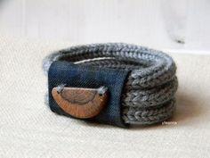 Braccialetto in lana con bottone in legno. Grigio di ylleanna