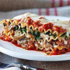 À 325 calories la portion, cette nourrissante lasagne est une bonne affaire. Pour réduire encore le nombre de calories, utilisez du poulet haché au lieu du boeuf ou, mieux encore, remplacez la viande oar du poivron vert haché ou des champignons émincés, pour une version végétarienne.
