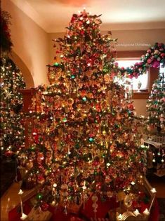 The huge fat round artificial christmas tree is out and the slim artificial tree is in. This is because when it comes to decorating christmas tree the trends lately lean more towards tall and cone-shaped shapes instead of fat and round shapes. Christmas Scenes, Christmas Mood, Noel Christmas, Vintage Christmas, Christmas Tree Decorations, Christmas Tree Ornaments, Christmas Lights, Christmas Wreaths, Christmas Tree Decorating Tips