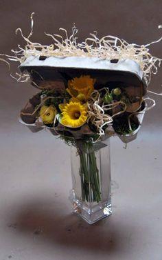 een eierdoos met vulling. Buffet Set Up, Modern Flower Arrangements, Floral Centerpieces, Ikebana, Flower Decorations, Table Decorations, Floral Design, Art Floral, Flower Art