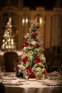 Centres de taula per a bodes al Nadal / Centros de mesa para bodas en Navidad / Christmas tree wedding centerpieces! We love these centre pieces and think they would look great for our Christmas Party nights at The Royal Clifton Hotel and Spa, Southport Christmas Wedding Centerpieces, Christmas Wedding Themes, Christmas Tablescapes, Elegant Christmas, Noel Christmas, Winter Christmas, Christmas Decorations, Tree Centerpieces, Centerpiece Ideas