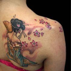 【destinytattoo】さんのInstagramをピンしています。 《#geisha #geishatattoo #japanese #japanesetattoo #tattoo #tattooart #kimono #cherryblossoms #girlswithtattoos #destinytattoo #neasmirni #athens #greece Done by @nicolau_tattoo》