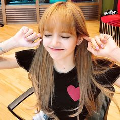BLACKPINK fans grew unbelievably angry when a Chinese fan appeared to be caught on camera cursing at Lisa for blocking her view of Jennie. Kim Jennie, Yg Entertainment, South Korean Girls, Korean Girl Groups, Blackpink Thailand, Lisa Blackpink Wallpaper, Pre Debut, Lisa Bp, Blackpink Jisoo
