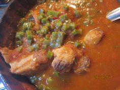 Carne de cerdo con nopales en salsa de jitomate