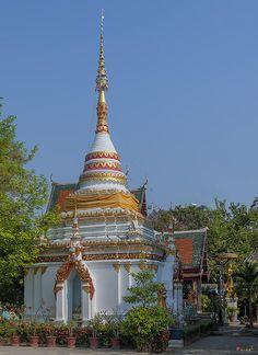 2013 Photograph, Wat Pa Phrao Nok Phra Chedi and Phra Ubosot, Tambon Chang Khlan, Mueang Chiang Mai District, Chiang Mai Province, Thailand, © 2014.  ภาพถ่าย ๒๕๕๖ วัดป่าพร้าวนอก พระเจดีย์ และ พระอุโบสถ ตำบลช้างคลาน เมืองเชียงใหม่ จังหวัดเชียงใหม่ ประเทศไทย