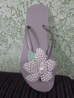 PASSO A PASSO FLOR DE PEROLAS Bling Flip Flops, Jewelry Making Tutorials, Beading Tutorials, Beaded Shoes, Beaded Jewelry, Chinelos Flip Flop, How To Make Slippers, Dress Up Shoes, Decorating Flip Flops