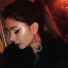 """O melhor iluminador que você respeita kkk. Gente, fica a dica desse produto bbb! O nome da marca é """"sleek makeup"""" e custou 12 euros. Apenas amo! ❤️ #rmemroma #dicasricademarre"""
