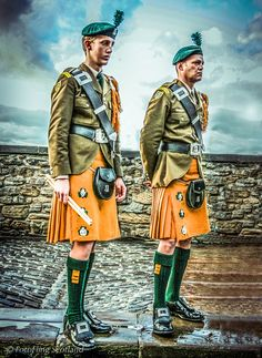 Members of the South African Irish Regiment with Saffron Kilts at Edinburgh Military Tattoo British Army Uniform, British Uniforms, Armor Tattoo, Norse Tattoo, Viking Tattoos, Edinburgh Military Tattoo, Irish Costumes, Irish Warrior, Men In Kilts