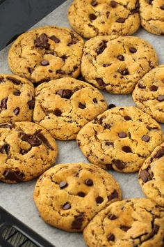 Vegan chocolate chip cookies that are soft, chewy, slightly-crunchy, sweet and satisfying. They're also super easy to make! Healthy Vegan Snacks, Healthy Cookies, Vegan Sweets, Vegan Desserts, Vegan Food, Vegan Recipes, Paleo, Brunch Outfit, Chocolates