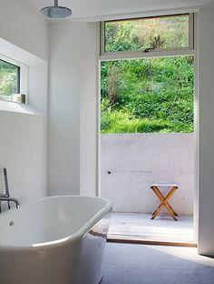 love that bathtub Indoor Outdoor Bathroom, Hamptons Decor, Living Roofs, Container House Design, Scandinavian Home, Big Houses, Bad, White Bathroom, Master Bathroom