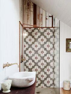I like how they transitioned from tile above the shower   Vintagea, väriä ja rustiikkia