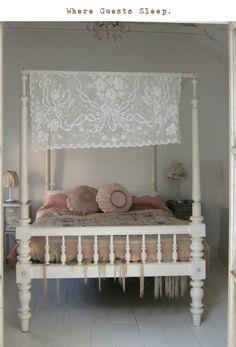"""Un cama con dosel que, aunque vintage, no resulta recargada. Los toques """"chabby chic"""" están usados con moderación."""