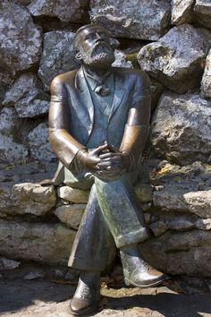 Estatua de Antonio Gaudí contemplando su obra ,El capricho, en Comillas ,Cantabria