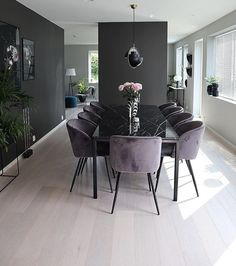 Contrasting dark and light hues create mor dimension.The clear decluttered space feels larger.Chair top (not leg) style for dining roomBildet tilhører/ Picture belongs tDark walls with light floors.Interior of your dreams ✨ (Modern Dining Room Cha Luxury Dining Room, Dining Room Design, Dining Room Modern, Small Dining, Interior Design Living Room, Living Room Decor, Kitchen Interior, Home And Living, Modern Living