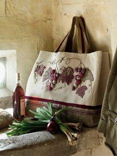 Un cabas décoré de raisin en appliqué, couture / A shopping bag decorated with grape applied, quilt