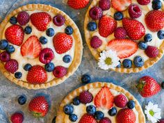 En somrig paj fylld med vaniljkräm och färska bär som är enkel att göra och uppskattas av de flesta. Santa Maria, Strawberry, Food, Meals, Strawberries, Yemek, Eten, Virgin Mary