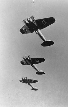 384px-Bundesarchiv_Bild_146-1978-066-11A,_Flugzeuge_Heinkel_He_111