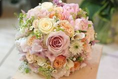 Ružová svadobná kytica z pivoniek, ruží, hortenzií a lúčnych kvetov