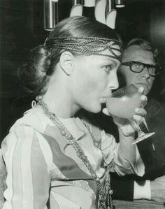"""Photo de Romy, datant du 13 août 1969, prises lors d'une soirée et conférence de presse données sur le plateau du film """"Les choses de la Vie"""" pour célébrer la fin du tournage, aux côtés de son mari Harry Meyen qui l'accompagnait, très élégant en smoking. Romy porte à ses lèvres un verre de cocktail."""