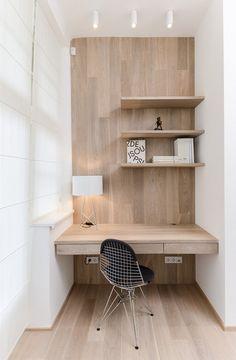 V ložnici přechází dřevěná bělená podlaha i na zeď