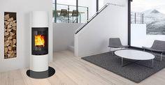 Jøtul FS 91 ligger flush med den store buede glassdøren til Jøtul F Living Room, Home, Glass Door, Modern, Inspiration, Curved Glass, Fireplace, Fireplace Inserts, Cast Iron Stove