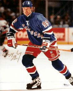 Wayne Gretzky - The Great One as a New York Ranger New York Rangers, Fc Barcelona, Rangers Hockey, Hockey World, Wayne Gretzky, Sports Figures, National Hockey League, Field Hockey, Sports Stars