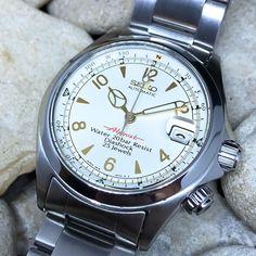 いいね!371件、コメント24件 ― Watch Friikさん(@watchfriik)のInstagramアカウント: 「Now I have IT, now I got it back from the very awesome clocksmith @weshassel 🙏🏼 The Seiko Red…」 Best Looking Watches, Best Watches For Men, Cool Watches, Men's Watches, Retro Watches, Modern Watches, Vintage Watches, Seiko Alpinist, Seiko Automatic Watches