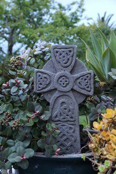 Statues sculptures online large garden ornaments for Celtic garden designs