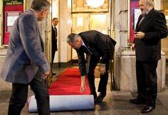 Crveni tepih – sve je spremno za premijeru (ulaz na Veliku scenu Narodnog pozorišta u Beogradu).