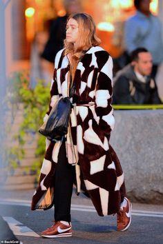 Ashley Olsen wears a Celine coat and Nike Cortez sneakers Mary Kate Olsen, Elizabeth Olsen, Mary Kate Ashley, Ashley Olsen Style, Olsen Twins Style, Kate Bosworth, Olsen Fashion, Fashion Outfits, Fashion Coat