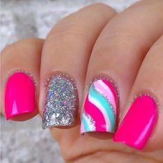 Barniz rosa, barniz plata con glitter.... para la uña decorada es base blanca, mas los anteriores colores en forma de ondas y color verde menta y rosa baby...