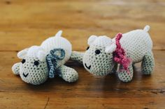 These two #sheep were my first #amigurumi I made about two and a half years ago. They look so #cute together! #crochetlove #crochet #crochetersofinstagram #handmade #crochetproject #crafter #crochetsheep by mwelgemoed_crochet