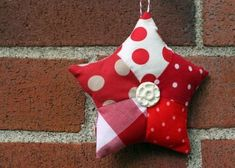 Quer uma estrela natalina diferente? Veja aqui como fazer uma estrela de Natal de Patchwork. Siga o