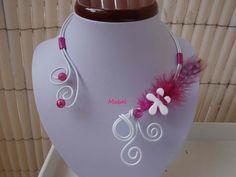 Collier enfant blanc et fuschia, fil alu blanc, plume fuschia, mariage, cérémonie : Bijoux enfants par espaceperles-mabel