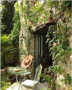 gardenviewcottage:    allthroughthelookingglass:    mandarineditalie    vines on walls make them better