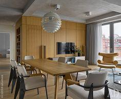 Вид от столовой зоны наокно и гостиную. Стойка под телевизор, Vitra. Кресло Ox Chair, дизайнер Ханс Вегнер, Erik Jørgensen, куплено на аукционе.