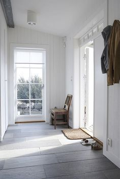 Large slate slab floor, light & airy vestibule Interior Exterior, Interior Design, Interior Doors, Hallway Designs, Slate Flooring, Entryway Flooring, Wooden Flooring, Home Fashion, White Walls