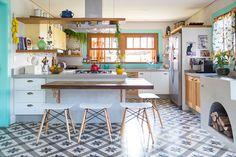 Decoração de cozinha alegre, decoração contemporânea com plantas, janela de madeira, detalhes azuis e luz natural.