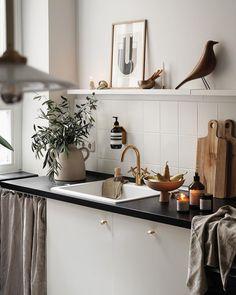 Anzeige| in unserer Küche gab es eine kleine Veränderung, die Großes bewirkt. Die hübsche Seifenspender-Halterung aus Messing bringt… Interior Stylist, Room Kitchen, Messing, Double Vanity, Pantry, Contemporary Art, Sweet Home, New Homes, Interiors