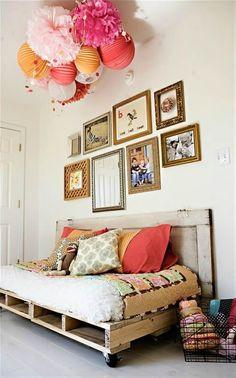 Un canapé en palette dans une chambre bébé