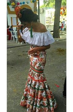 This is a tipical dress of flamenco dance, the one we are learning in class. That dance is dance in the south of spain but is known all around spain. Mexican Fashion, Spanish Fashion, Mexican Style, Spanish Dress, Spanish Style, Havanna Party, Havana Nights Party, Havana Nights Dress, Traditional Mexican Dress