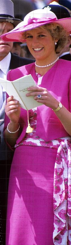 Beautiful outfit and excellent view of the sapphire ring - Princess Diana