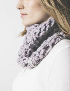 Cuello doble gris 100% Lana mezclado con hilo de Mohair. Tejido a mano en España. Descubre más en nuestra tienda online! www.decamino.info #Cuello #Botones #Colors #lana #wool #autumn #winter #tejer #punto #ovillo #handmade #natural #hechoamano #fashion #new #otoño #invierno #tejer #neckbuff
