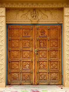 Aren't these beautiful designs on the door! Wooden Door Design, Main Door Design, Front Door Design, Gate Design, Window Design, Wooden Doors, Indian Home Interior, Indian Interiors, Traditional Doors