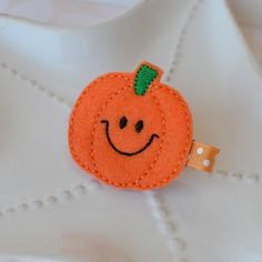 Items similar to Happy Fall Pumpkin Hair Clip- Perfect Halloween or Thanskgiving Accessory for Girls on Etsy Halloween Crafts To Sell, Halloween Hair Bows, Crafts For Kids To Make, Crafts For Girls, Felt Crafts, Fabric Crafts, Manualidades Halloween, Felt Headband, Autumn Crafts