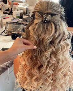 Hairstyles Videos Curled Half Up Half Down - Hairstyles Haircuts For Medium Hair, Medium Hair Styles, Long Haircuts, Bride Hairstyles, Down Hairstyles, Hairstyles Videos, Homecoming Hairstyles, Curly Hair Tips, Curly Hair Styles