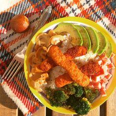 Ensalada de arroz con fingers de pollo, aguacate, champiñones, jamón york y brócoli.