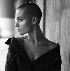 🌝 No hair needed for pure beauty to shine through. No hair needed for pure beauty to shine through. Buzz Cut Women, Buzz Cuts, Shaved Head Women, Shaved Head Girl, Shaved Head Designs, Style Audacieux, Buzzed Hair, Shave My Head, Super Short Hair