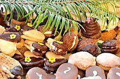 Vybrali jsme pro vás ty nejlepší recepty z naší databáze na pečené vánoční cukroví. Snad náš výběr vás bude inspirovat a pomůže vám s rozhodnutím, které vánoční cukroví letos upečete. Christmas Candy, Sausage, Almond, Stuffed Mushrooms, Beans, Cookies, Vegetables, Food, Sweet